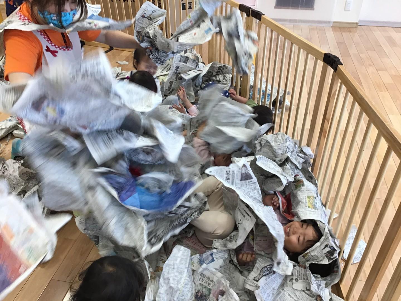 新聞紙遊び楽しかったね♪うさぎ組(2歳児)