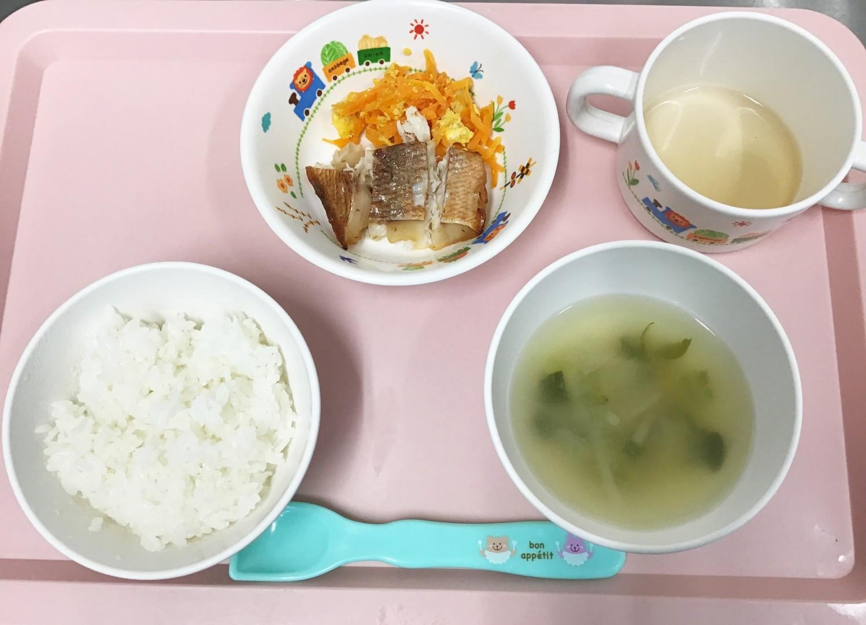 ごはん、赤魚の西京焼き、にんじんしりしり、もやしと小松菜のみそ汁