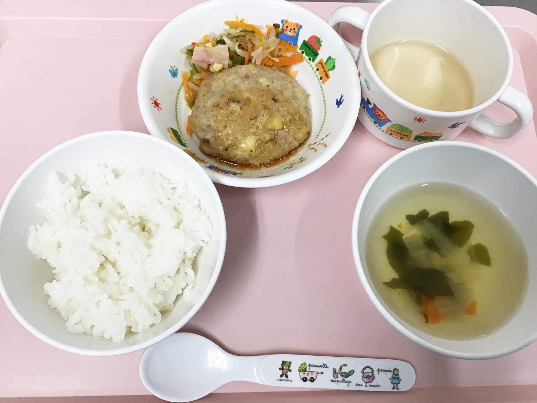 ごはん、とうふハンバーグ、中華あえ、たまねぎとにんじんのスープ